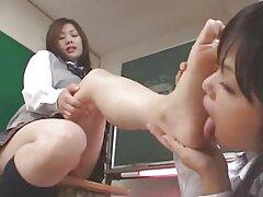 Mujer asiática dedos follando con la casera en el almacén